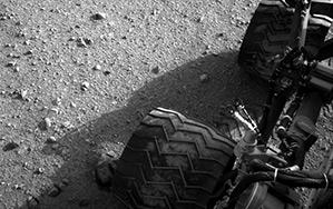 Снимка взета от навигационната камера на Кюриосити по време на третото му придвижване по повърхостта на Марс. Снимка: NASA/JPL-Caltech