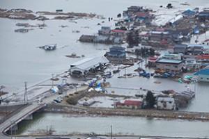 Мощното земетресение и последвалото цунами изхвърлиха голямо количество отломки в морето. Снимка: U.S. Marine Corps photo by Lance Cpl. Ethan Johnson