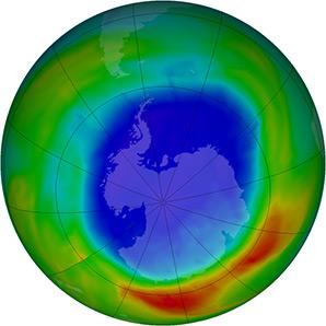 Това изображението на НАСА показва разпределението на озона над Антарктида на 15.09.2012. Лилавите и сини цветове отговарят на най-ниски стойности на озона, а жълтите и червените - на по-високи. Снимка: НАСА