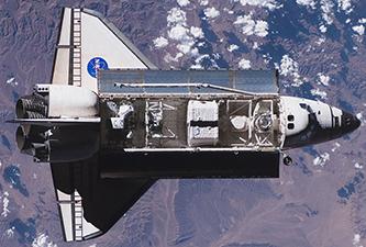 Совалката Индевър снимана от Международната космическа станция. Снимка: НАСА