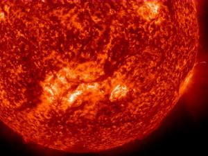 Снимката от SDO показва много дълго влакно, което се извива в голяма арка над слънчевата повърхност. Кликни за по-голяма версия. Снимка: NASA/SDO