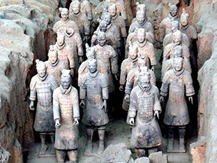 Теракотената армия на императора Цин Шъхуанди е открита случайно през 1974г. Според оценките тя наброява над 6000 войника, 500 коня и много други скулптури в реален размер.