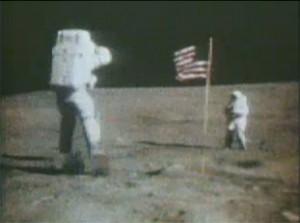 Космонавт от мисията Аполо 16 скача на лунната повърхност. Снимка: НАСА