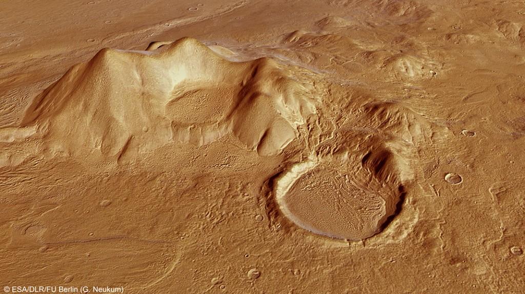 Кратер в региона на Reull Valis (кликни за по-голяма версия). Според планетолозите кръгообразните стъпаловидни структури по вътрешните стени са следи от нивата на високи води или на ледове, преди те да се изпарят или сублимират. Изображение: ESA/DLR/FU Berlin (G. Neukum)