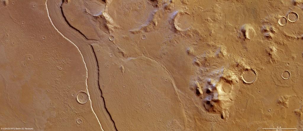 Изображение на региона на Reull Vallis - подобния на речно корито канал, за който учените смятат, че е формиран под въздействието на течаща вода в далечното минало на Марс  (кликни за по-голяма версия). Изображение: ESA/DLR/FU Berlin (G. Neukum)