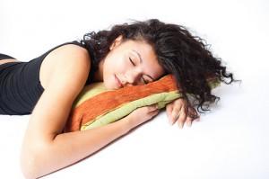 Учените са установили, че макар алкохолът да позволява лесно и бързо да се заспи, в същото време може да предизвика нарушения на съня, хъркане и затруднено дишане. Снимка: RelaxingMusic