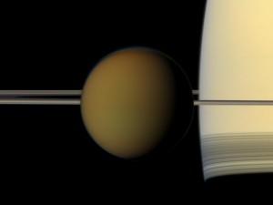 Учените от НАСА смятат, че е възможно дюни от екзотичен въглеводороден пясък да запълват кратерите на Титан и поради това спътника на Сатурн да изглежда по-млад