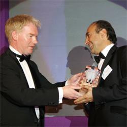 Професор Алекс Сейфалиан - сега начело на екипа развиващ революционната технология за трансплантация - получава награда за иновации през 2007г. Снимки: UCL