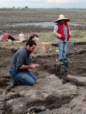 Д-р Кристофър Морхарт (вляво) ръководи разкопките на мястото на жертвоприношението в Мексико. Снимка: Georgia State University