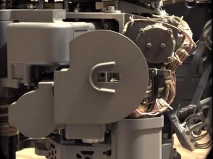 """Снмика на """"Апарата за доставка и анализ на проби"""", който подаде образеца от марсианска прах на иструмента """"Анализ на проби на Марс"""". Изображение: NASA/JPL-Caltech/MSSS"""