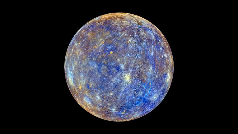 Това изображение е резултат от комбинирането на снимки, направени от апарата Messenger по време на основната му мисия. Цветовете не са реални, а са използвани за да подсилят разликите във физичните, химичните и минералогичните свойства на скалите, влизащи в състава на повърхността на планетата (кликни за по-голяма версия). Снимка: NASA/Johns Hopkins University Applied Physics Laboratory/Carnegie Institution of Washington