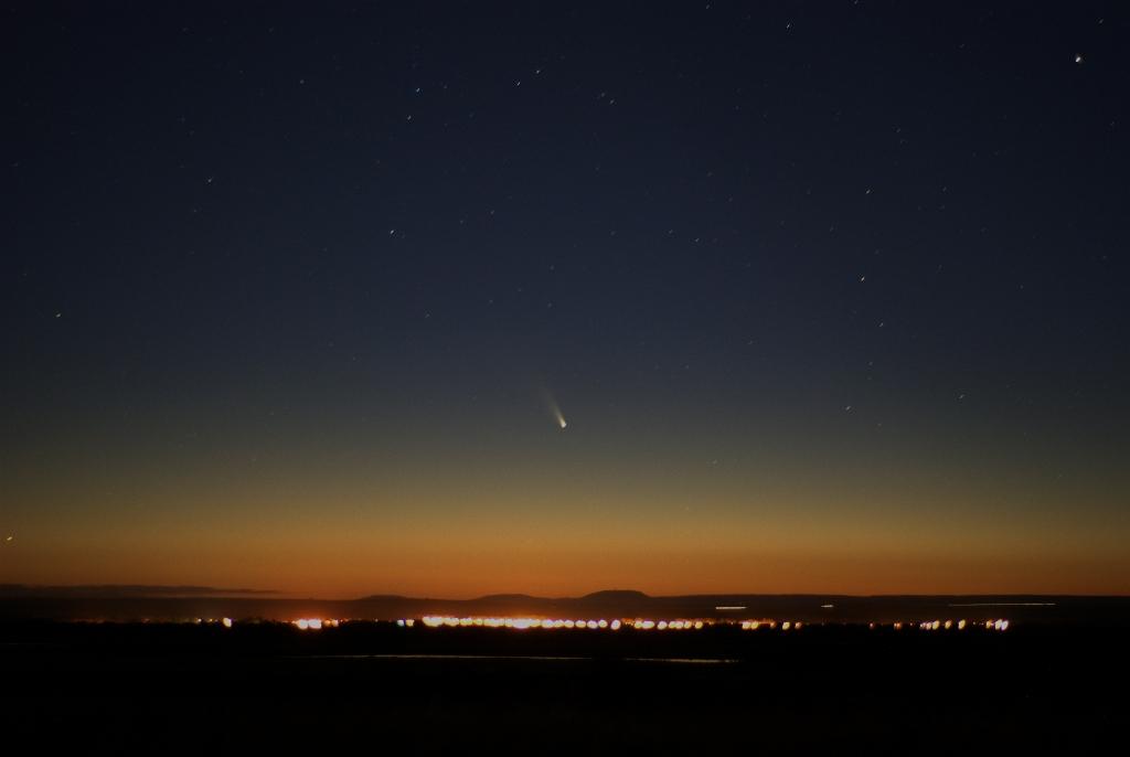 Кометата над възвишенията Бризбейн, Австралия. Снимка: cafuego