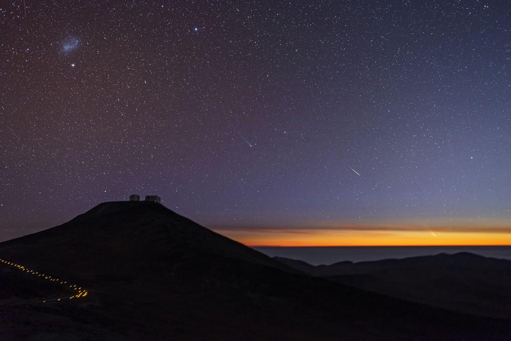 Залез над обсерваторията Паранал (Атакама, Чили) с двете комети, които са видими в момента в южното небе. Отдясно, близо до хоризонта е Панстарс, по-ярката комета. В центъра, точно над десният склон на планината, е кометата C/2012F6 (Лемън). Кликни върху снимката за увеличение. Снимка: ESO/Габриел Брамър