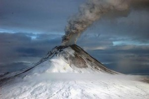 Вулкани, като Августин в Аляска, противодействат на ефекта на глобалното затопляне, твърдят учените. Снимка: U.S. Geological Survey