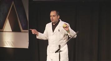 Михал Бабич от Чехия, който получава наградата на публиката на финала през 2011г. - виж филмче по-долу.
