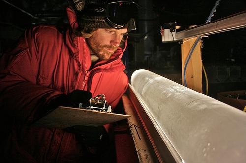 Проба лед от западна Антарктика, с чиято помощ може да се определи историята на температурата на тази локация. Снимка: University of Oregon