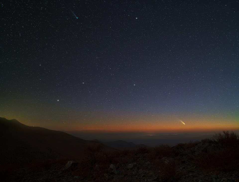 Панстарс (над хоризонта) и кометата Лемън (горе, център-ляво) в небето над пустинята Атакама - кликни за по-голяма версия. Изображение: Юри Белецки