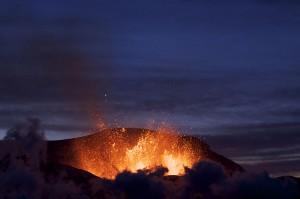Изригването през 2010г. запраща облак от вулканична пепел на няколко километра в атмосферата, която в последствие пада на площ от 570 000 кв. км в Северния Атлантически океан. Снимка: Henrik Thorburn