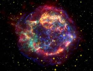 Композитно изображение на Касиопея А - много по млада останка от супернова (кликни за по-голяма версия). Източник: NASA/JPL-CALTECH/STSCI/CXC/SAO