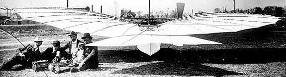 """Летателният апарат """"Кондор"""" (Номер 21), изобретен от Густав Уайтхед. Авиаторът е най-вдясно, гушнал дъщеря си Роуз."""