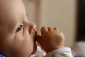 Според учените родителите трябва да обръщат специално внимание на наддаването на бебето, когато е на възраст под един месец. Снимка: Milan Jurek