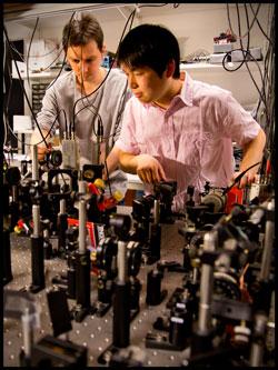 Учените от Института Нийлс Бор работят върху експеримента за квантова телепортация. Снимка:  Niels Bohr Institute/University of Copenhagen