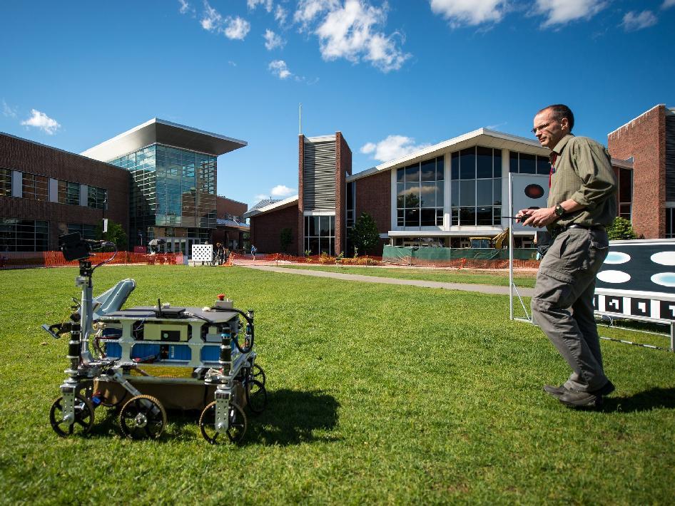 Марк Мъри от компанията Intrepid Systems проверява робота, с който участват в състезанието с награден фонд от НАСА. Снимка: NASA/Bill Ingalls