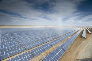 Според МАЕ се предвижда растеж за енергията, набавяна чрез фотоволтаици и вятърни турбини - от 4% през 2011г. до 8% през 2018г. Снимка: Activ Solar/flickr (CC BY-NC-SA 2.0)