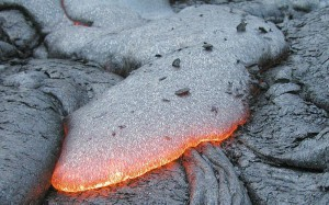 Базалтова лава. Порите се образуват от балончета CO2, мигриращи към периферията на лавата, докато тя се охлажда. Снимка: USGS