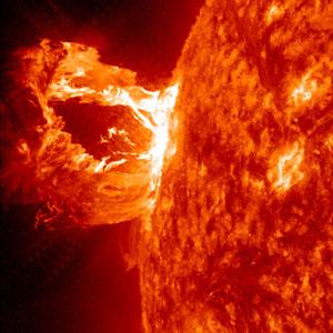 Изхвърляне на коронална маса от Слънцето, заснето от Обсерваторията на слънчевата динамика на 16 април 2012г. Снимка: NASA/SDO/AIA