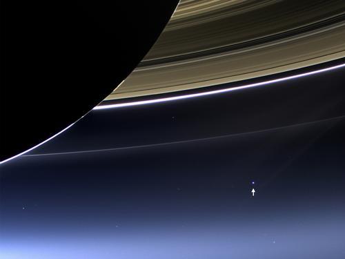 """Земята е отбелязана със стрелка на снимката, получена от апарата """"Касини"""". 20 000 земляни помахаха за кадъра. Изображение: NASA/JPL-Caltech/Space Science Institute"""
