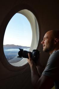 Изследователят Анжело Вермюлен гледа през прозореца на хабитата HI-SEAS. Снимка: Sian Proctor