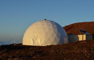Хабитатът HI-SEAS и наподобяващият на Марс терен. Снимка: Sian Proctor