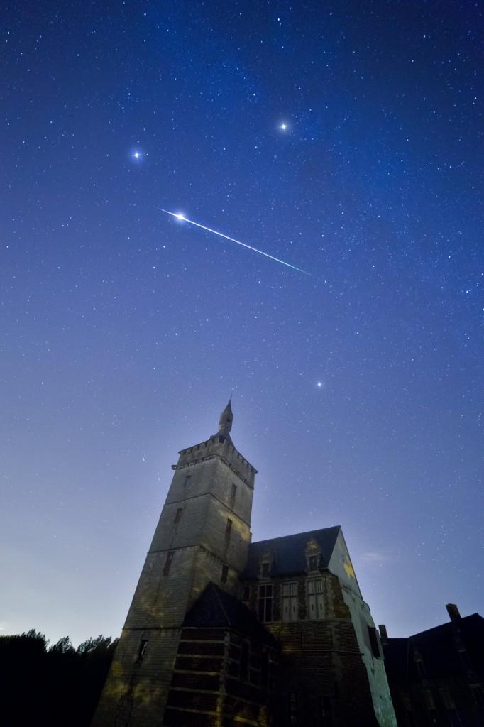 Метеор от Персеидите в небето над замъка Хорст в Льовен, Белгия. Снимка: Tom Davidson (CC BY-NC 2.0)