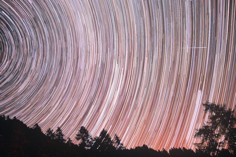 """Следата оставена от метеор на фона на """"движението"""" на звездите в небето над Белино, Италия. Снимка: Paolo Demaria"""