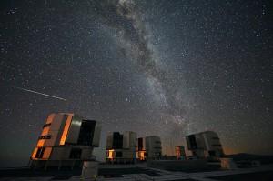 Персеиди над телескопа VLT (Very Large Telescope - Много голям телескоп) на Европейската Южна Обсерватория. Снимка: ESO/S. Guisard