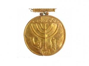 Медальонът с гравирани върху него менора, рог от овен и свитък тора. Снимка: Ouria Tadmor