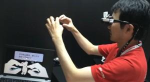 Представител на Docomo представя умни очила по време на CEATEC. Изображение: vuzixmania