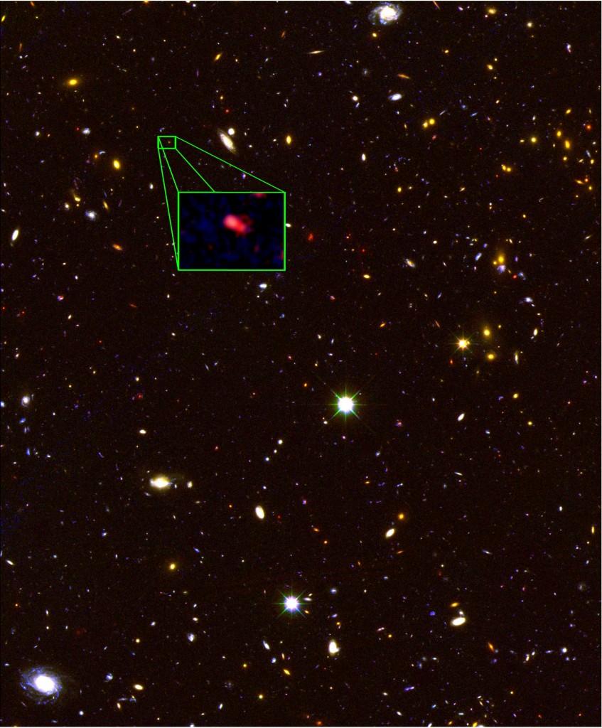 """На снимката от телескопа """"Хъбъл"""" в квадратчето с увеличение е показана галактиката z8-GND-5296. Снимка: V. Tilvi, S.L. Finkelstein, C. Papovich, STScI/NASA."""
