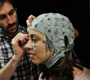 Специална шапка за ЕЕГ позволява на учените да надникнат в мозъка. Източник: Patrick McArdle/UANews