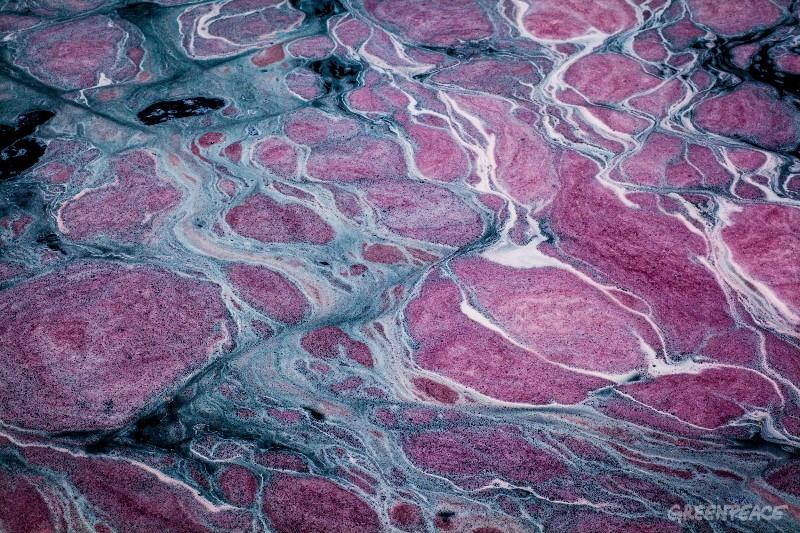 Токсични отпадъчни вещества в река Сихаур, която е директен приток на река Цитарум в Индонезия. Снимка: © Andri Tambunan / Greenpeace
