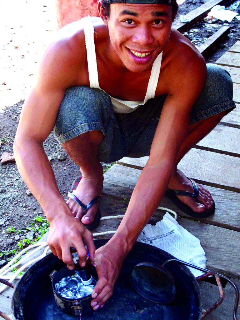 Млад мъж, който всекидневно работи с живак, за да добива злато. Снимка: Blacksmith Institute