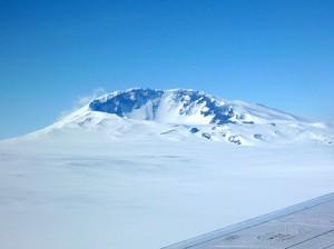 Планината Сидли е последният вулкан от веригата, който все още се издига над повърхността на леда. Снимка: Doug Wiens