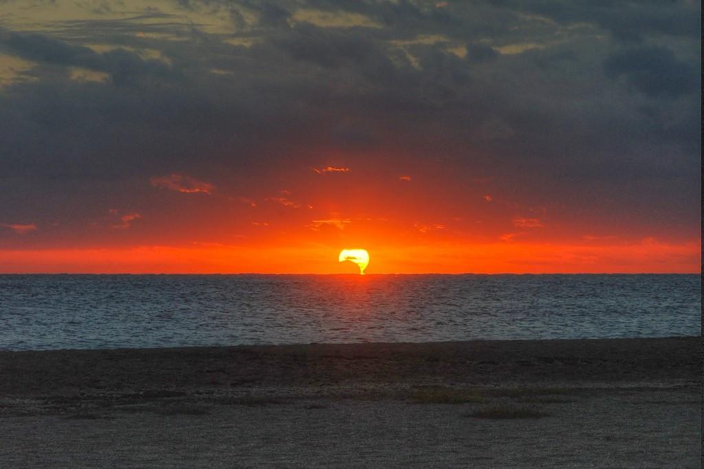 Хибридното затъмнение над Форт Пиърс, Флорида, САЩ. Снимка: John O'Connor