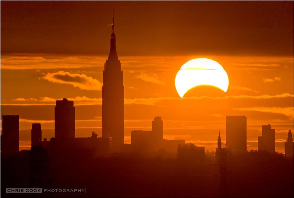 Хибридното затъмнение над Ню Йорк. Снимка: Chris Cook/APOD/NASA
