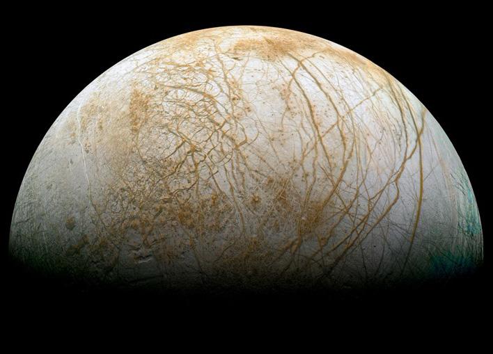 Ледената повърхност на Европа е прорязана от пукнатини, които според учените са в основата на изхвърлянето на пара. Снимка: NASA