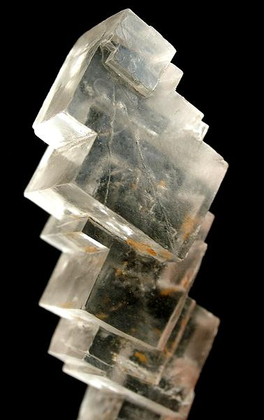 Кристал на каменна сол. Снимка: Rob Lavinsky / iRocks.com (CC BY-SA 3.0)