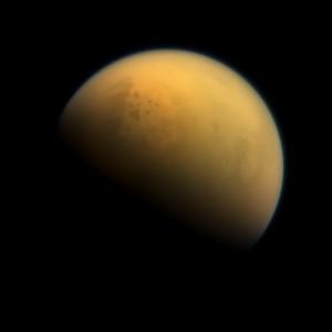 Титан е единственото място освен Земята в Слънчевата система, на чиято повърхност има вещества в течно агрегатно състояние. Снимка: NASA / JPL-Caltech / Space Science Institute