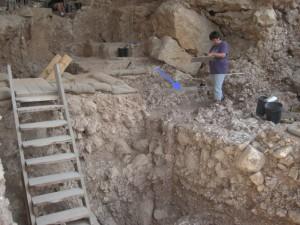Стрелката указва мястото на древното огнище. Снимка: Weizmann Institute of Science