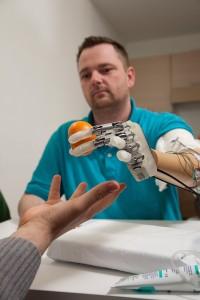 Денис Аабо Соренсен провежда тестове с ръката-робот. Снимка: © LifeHand 2 / Patrizia Tocci